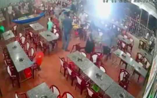 CLIP: Nhóm thanh thiếu niên hung hăng vào 2 quán ăn đập phá tài sản - Ảnh 2.
