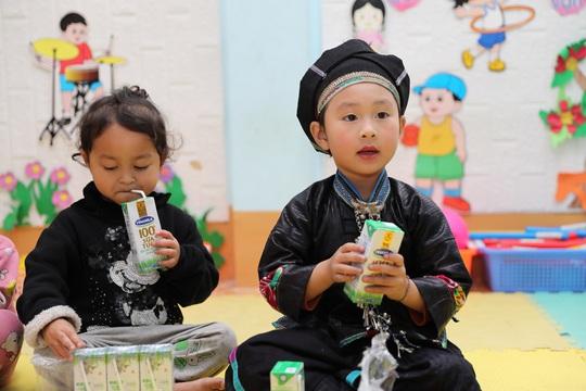 Vinamilk và Quỹ sữa Vươn cao Việt Nam trao tặng 94.000 ly sữa cho trẻ em khó khăn Hà Giang - Ảnh 1.