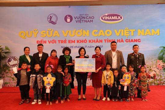 Vinamilk và Quỹ sữa Vươn cao Việt Nam trao tặng 94.000 ly sữa cho trẻ em khó khăn Hà Giang - Ảnh 2.