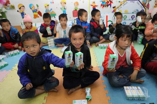 Vinamilk và Quỹ sữa Vươn cao Việt Nam trao tặng 94.000 ly sữa cho trẻ em khó khăn Hà Giang - Ảnh 4.