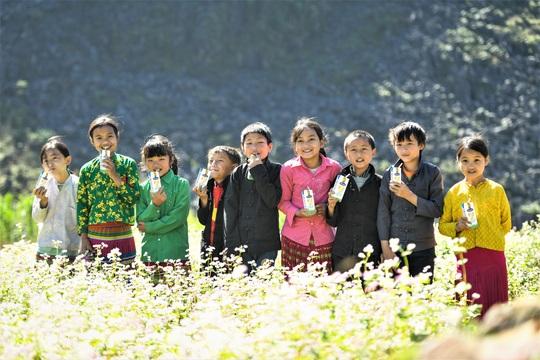 Vinamilk và Quỹ sữa Vươn cao Việt Nam trao tặng 94.000 ly sữa cho trẻ em khó khăn Hà Giang - Ảnh 6.