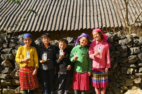 Vinamilk và Quỹ sữa Vươn cao Việt Nam trao tặng 94.000 ly sữa cho trẻ em khó khăn Hà Giang - Ảnh 7.