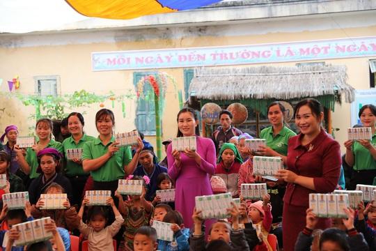 Vinamilk và Quỹ sữa Vươn cao Việt Nam trao tặng 94.000 ly sữa cho trẻ em khó khăn Hà Giang - Ảnh 8.