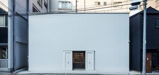 Bí ẩn đằng sau ngôi nhà hình vuông màu trắng - Ảnh 1.
