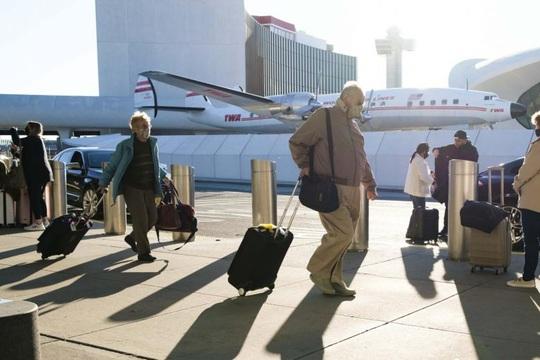Bất chấp Covid-19, hàng triệu người Mỹ dồn dập đổ ra sân bay - Ảnh 1.