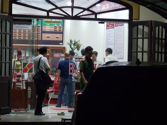 Truy bắt kẻ bịt mặt, cầm hung khí xông vào ngân hàng ở Đồng Nai hô to lựu đạn đây - Ảnh 3.