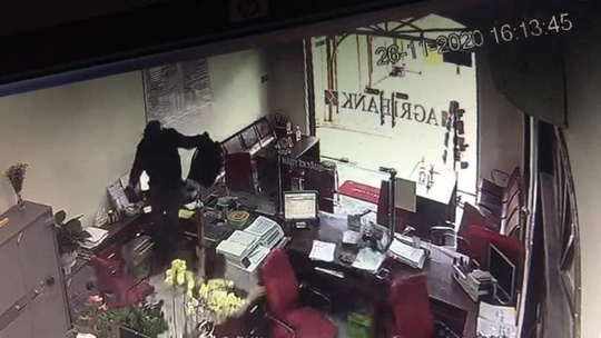 Truy bắt kẻ bịt mặt, cầm hung khí xông vào ngân hàng ở Đồng Nai hô to lựu đạn đây - Ảnh 7.