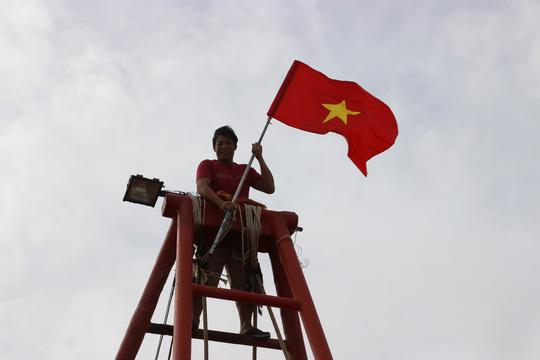 Ngư dân Rạch Gốc rạng rỡ đón nhận cờ Tổ quốc - Ảnh 10.