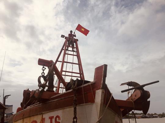 Ngư dân Rạch Gốc rạng rỡ đón nhận cờ Tổ quốc - Ảnh 9.