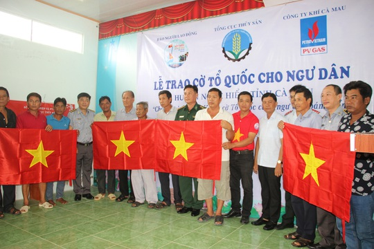 Ngư dân Rạch Gốc rạng rỡ đón nhận cờ Tổ quốc - Ảnh 6.