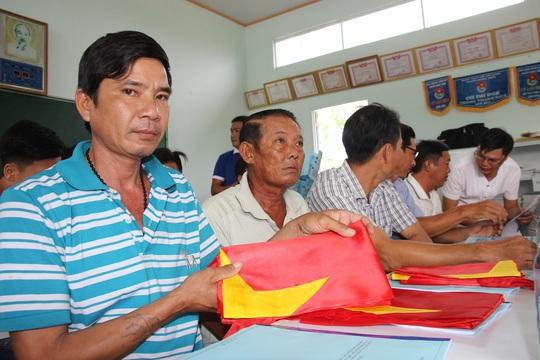 Ngư dân Rạch Gốc rạng rỡ đón nhận cờ Tổ quốc - Ảnh 3.