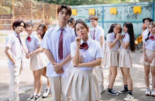 """Phạm Quỳnh Anh """"cua"""" phi công trẻ cực vui trong MV mới kết hợp cùng rapper Ricky Star - Ảnh 3."""