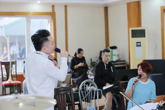 Tùng Dương say mê luyện tập trước concert để đời - Ảnh 2.