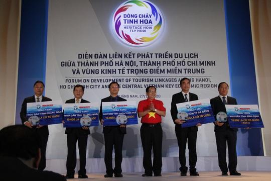 Báo Người Lao Động trao 50.000 lá cờ Tổ quốc và 1,7 tỉ đồng cho miền Trung - Ảnh 1.