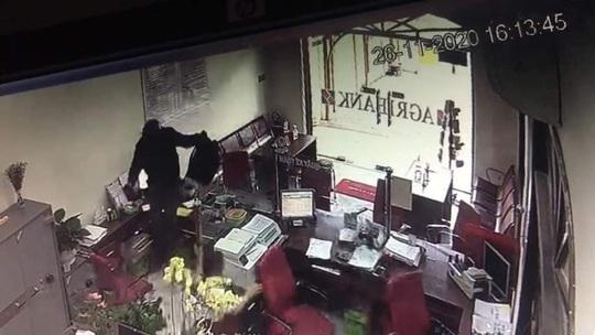CLIP: 3 phút thanh niên bịt mặt đại náo phòng giao dịch ngân hàng ở Đồng Nai - Ảnh 3.