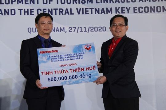 Báo Người Lao Động trao 50.000 lá cờ Tổ quốc và 1,7 tỉ đồng cho miền Trung - Ảnh 2.