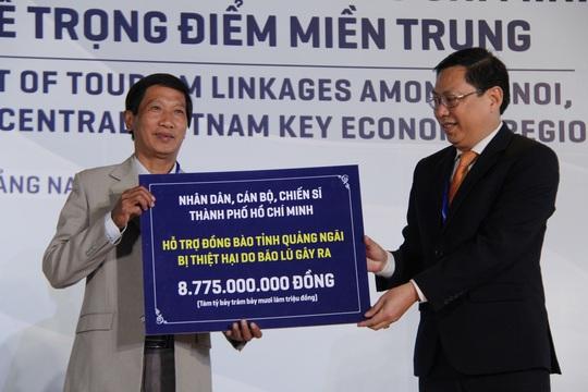 Báo Người Lao Động trao 50.000 lá cờ Tổ quốc và 1,7 tỉ đồng cho miền Trung - Ảnh 5.