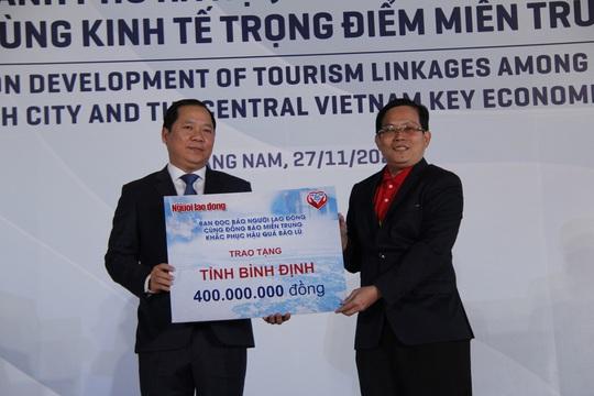 Báo Người Lao Động trao 50.000 lá cờ Tổ quốc và 1,7 tỉ đồng cho miền Trung - Ảnh 3.
