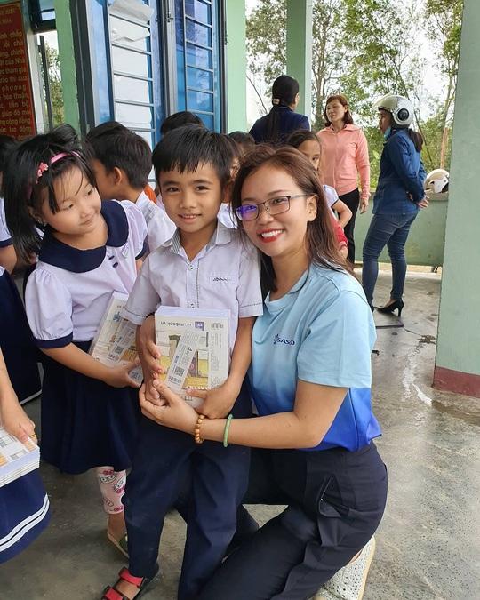 Tiếp sức học sinh miền Trung đến trường sau mưa lũ - Ảnh 11.