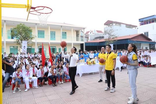 Sun Life Việt Nam tặng trụ bóng rổ và quả bóng rổ cho trường học - Ảnh 1.