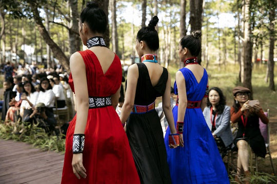 Mãn nhãn với show thời trang Hương rừng, sắc núi tại Đắk Nông - Ảnh 4.