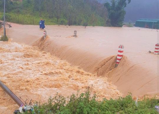 Lâm Đồng: Nước lũ cuốn trôi 4 du khách, 2 người mất tích - Ảnh 2.