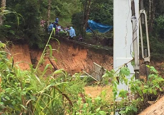 Lâm Đồng: Nước lũ cuốn trôi 4 du khách, 2 người mất tích - Ảnh 1.