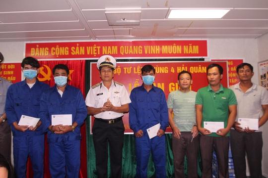 3 ngư dân Bình Định chìm tàu được cứu kể về giây phút sinh tử trên biển - Ảnh 1.