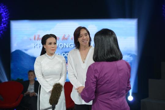 Việt Hương bật khóc chứng kiến cuộc đoàn tụ sau 45 năm thất lạc - Ảnh 2.