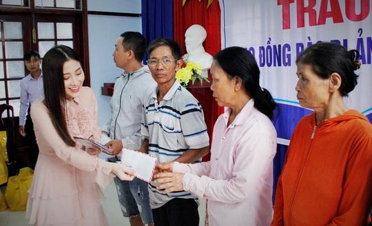 Ngọc nữ bolero Tố My cùng Báo Người Lao Động đến với người dân vùng bão huyện Nông Sơn - Ảnh 8.