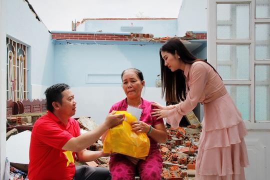 Ngọc nữ bolero Tố My cùng Báo Người Lao Động đến với người dân vùng bão huyện Nông Sơn - Ảnh 3.