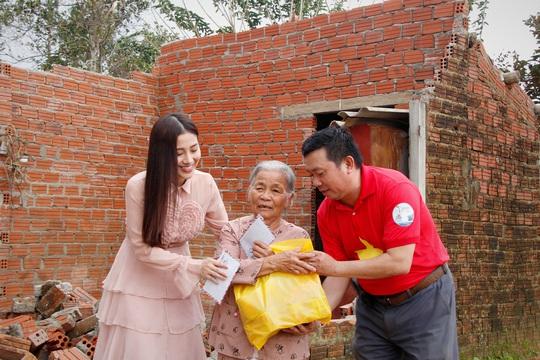 Ngọc nữ bolero Tố My cùng Báo Người Lao Động đến với người dân vùng bão huyện Nông Sơn - Ảnh 5.