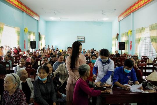 Ngọc nữ bolero Tố My cùng Báo Người Lao Động đến với người dân vùng bão huyện Nông Sơn - Ảnh 7.