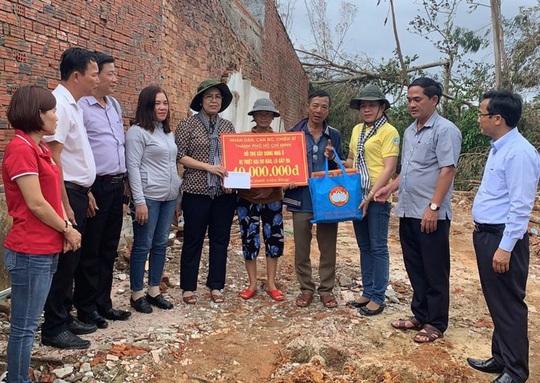 Ông Nguyễn Thiện Nhân thăm hỏi gia đình gặp nạn vì thiên tai - Ảnh 2.