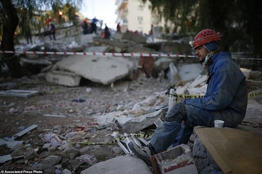 Bé gái 3 tuổi còn sống trong đống đổ nát sau 3 ngày động đất - Ảnh 3.