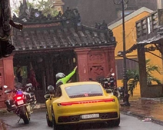 Truy tìm nhóm người ngang nhiên chạy xe hạng sang vào đường cấm ở Hội An - Ảnh 1.