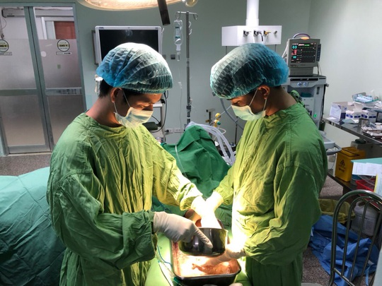 Người phụ nữ mang máy xay thịt chứa bàn tay dập nát đến bệnh viện - Ảnh 2.