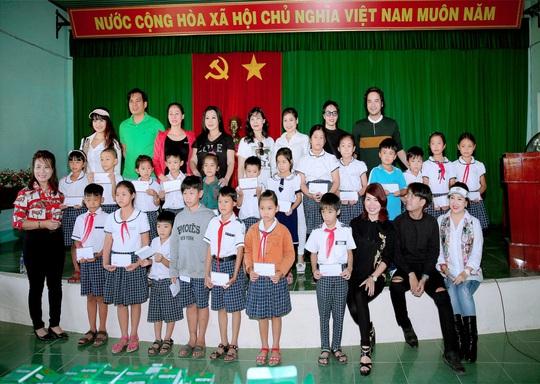 Doanh nhân và nghệ sĩ trao hơn 500 triệu đồng cho người dân Quảng Ngãi và Quảng Trị - Ảnh 1.