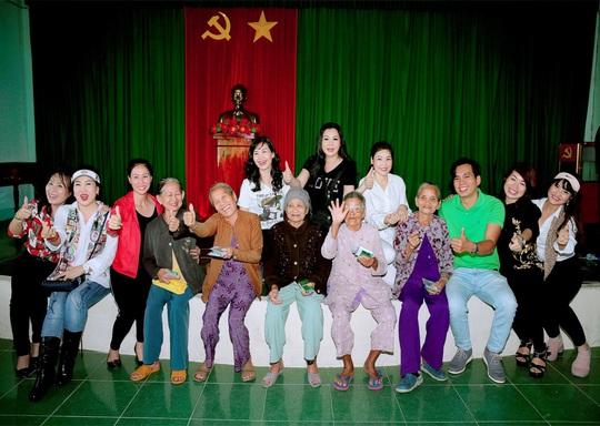 Doanh nhân và nghệ sĩ trao hơn 500 triệu đồng cho người dân Quảng Ngãi và Quảng Trị - Ảnh 2.