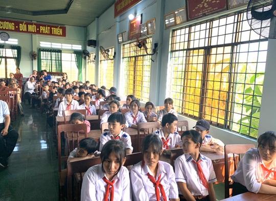 Trao gần 250 triệu đồng cho người già và hộ nghèo tại Quảng Ngãi - Ảnh 1.