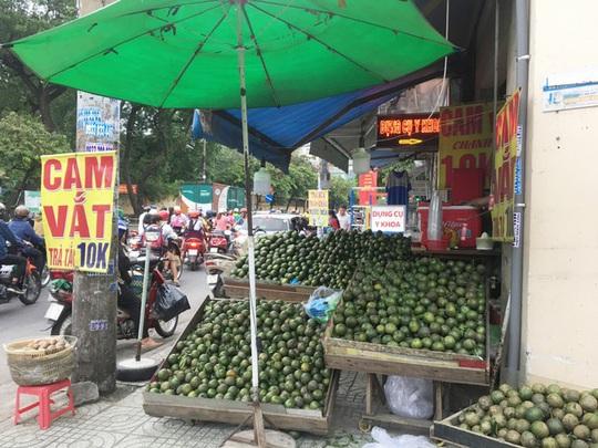 Trái cây đang có giá rẻ không tưởng, chất đầy các hè đường - Ảnh 1.