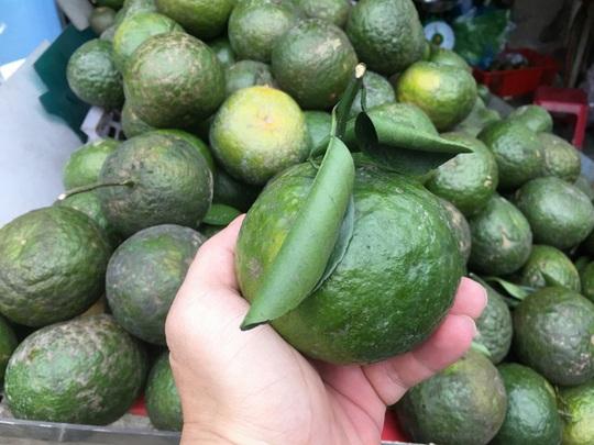 Trái cây đang có giá rẻ không tưởng, chất đầy các hè đường - Ảnh 2.
