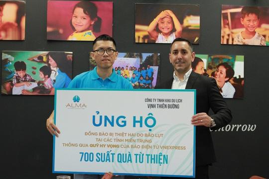 Công ty Vịnh Thiên Đường và Quỹ HOPE trao 2100 phần quà đến tận tay bà con vùng lũ - Ảnh 2.