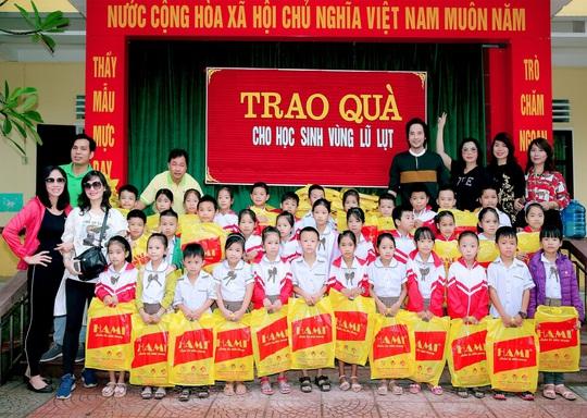 Doanh nhân và nghệ sĩ trao hơn 500 triệu đồng cho người dân Quảng Ngãi và Quảng Trị - Ảnh 3.