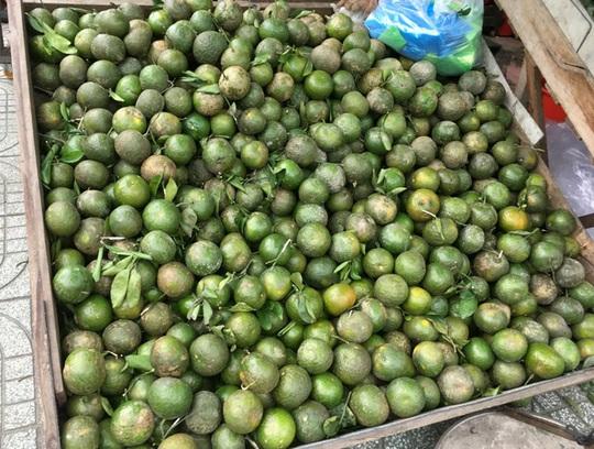 Trái cây đang có giá rẻ không tưởng, chất đầy các hè đường - Ảnh 3.