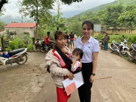 Công ty Vịnh Thiên Đường và Quỹ HOPE trao 2100 phần quà đến tận tay bà con vùng lũ - Ảnh 3.