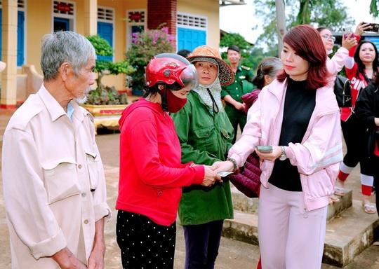 Doanh nhân và nghệ sĩ trao hơn 500 triệu đồng cho người dân Quảng Ngãi và Quảng Trị - Ảnh 4.