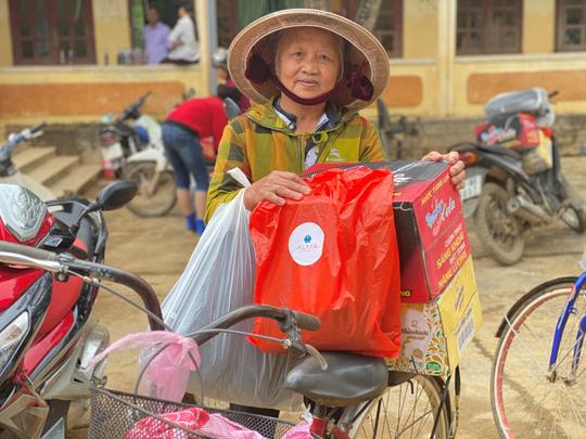 Công ty Vịnh Thiên Đường và Quỹ HOPE trao 2100 phần quà đến tận tay bà con vùng lũ - Ảnh 4.