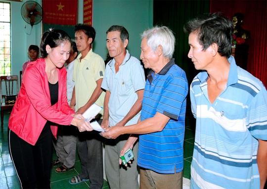 Doanh nhân và nghệ sĩ trao hơn 500 triệu đồng cho người dân Quảng Ngãi và Quảng Trị - Ảnh 5.