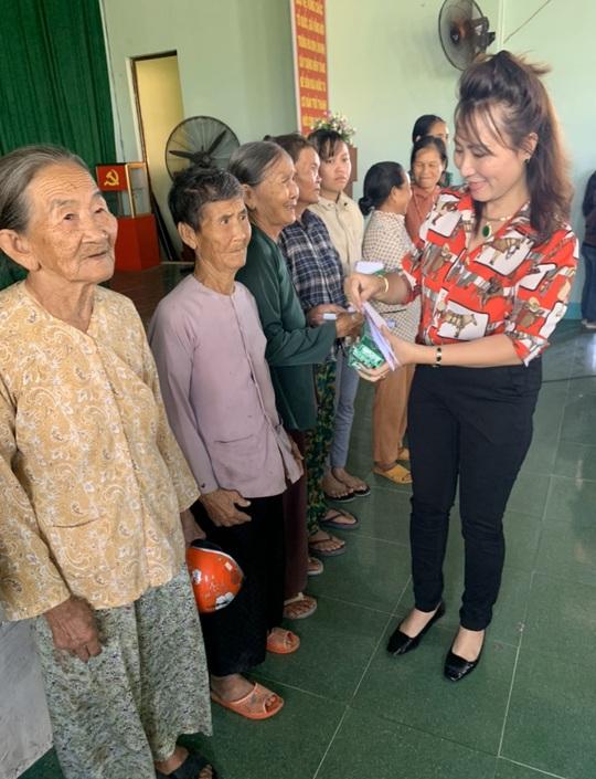 Trao gần 250 triệu đồng cho người già và hộ nghèo tại Quảng Ngãi - Ảnh 2.